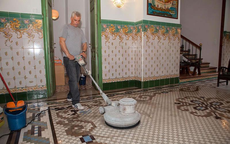 Limpieza y mantenimiento de pavimentos de mosaico | Antes